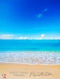 Saluti da Florida scritta su una spiaggia tropicale Fotografie Stock Libere da Diritti