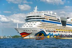 Saluti dei turisti che partono sulla nave da crociera dal porto dell'AMS Immagine Stock