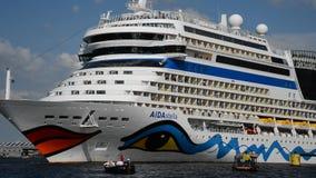Saluti dei turisti che partono sulla nave da crociera dal porto di Amsterdam video d archivio