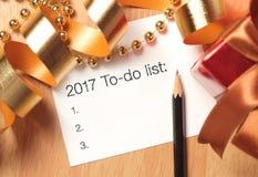 Saluti del nuovo anno con le decorazioni dell'oro Fotografia Stock
