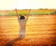 Saluto al Sun nel giacimento di grano (tramonto) Fotografie Stock