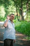 saluto dell'uomo qualcuno con la mano. Fotografia Stock