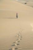 Saluto della donna dal deserto Fotografia Stock