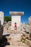 Saluto della donna in Taula preistorico nell'isola di Minorca Immagini Stock Libere da Diritti