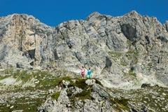 Saluto di Childeren dalle alpi svizzere Immagine Stock Libera da Diritti
