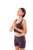 Saluto di pratica del sole di yoga della donna attiva, allungante esercizio Fotografia Stock Libera da Diritti