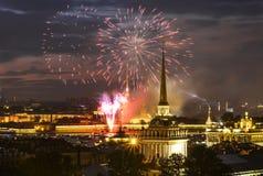 Saluto in onore del giorno della marina a St Petersburg Immagini Stock