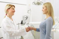 Saluto sorridente della donna con il chirurgo dentista Fotografia Stock Libera da Diritti