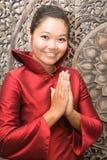 Saluto tailandese della donna Immagine Stock