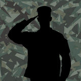 Salutować żołnierz sylwetkę na zielonym wojsko kamuflażu tle Zdjęcie Royalty Free