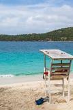 Salva-vidas de madeira idosa Shack na praia Fotografia de Stock Royalty Free