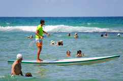 A salva-vidas está acima de remo entre nadadores Imagem de Stock Royalty Free