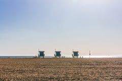 Salva-vidas Houses na praia de Veneza, Los Angeles fotos de stock