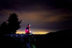 Salva-vidas no resort de montanha na noite imagens de stock