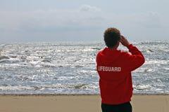 Salva-vidas que olha o mar foto de stock