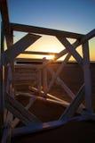 Salva-vidas ruída Chair Greets um nascer do sol do inverno imagens de stock