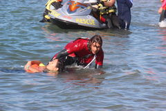 A salva-vidas salvar o nadador Rescue no mar Fotografia de Stock