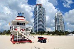 Salva-vidas Stand e torres luxuosas do condomínio Fotografia de Stock Royalty Free