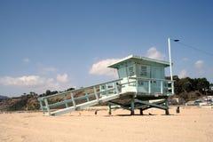 Salva-vidas Tower com céu azul e nuvens Foto de Stock Royalty Free