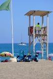 Salva-vidas vigilante na praia Fotos de Stock Royalty Free