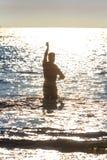 Salvaciones de la resaca que hacen el entrenamiento del rescate de la playa Imagenes de archivo