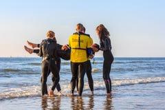 Salvaciones de la resaca que hacen el entrenamiento del rescate de la playa Foto de archivo libre de regalías