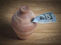 Salvadanaio con una banconota del riyal di 500 saudite Immagini Stock