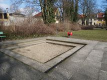 Salvadera vacía en parque europeo Imagen de archivo