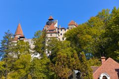 Salvado, castillo de Drácula en temporada de otoño imágenes de archivo libres de regalías