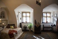 Salvado, Rumania - 19 de noviembre de 2016: Interior del castillo de Drácula Está entre varias ubicaciones ligadas al Drácula Imagen de archivo