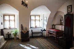 Salvado, Rumania - 19 de noviembre de 2016: Interior del castillo de Drácula Está entre varias ubicaciones ligadas al Drácula Foto de archivo libre de regalías