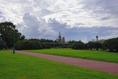 Salvador de la iglesia en sangre y parque en St Petersburg, Rusia Fotografía de archivo