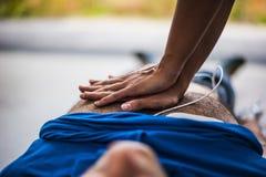 Salvador que hace el CPR al hombre inconsciente Fotos de archivo