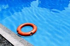 Salvagente arancio che galleggia sulla piscina di superficie immagini stock libere da diritti