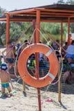 Salvagente che appende su una colonna sulla spiaggia fotografia stock libera da diritti