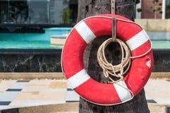 Salvagente o salvavita, appendente alla piscina thailand fotografia stock