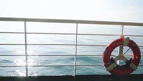 Salvagente rosso sopra il fondo blu dell'acqua di mare calmo Tempo reale al rallentatore 1920x1080 archivi video