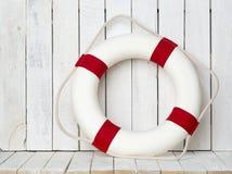Salvagente su fondo di legno bianco Composizione in stile del mare Fotografia Stock Libera da Diritti