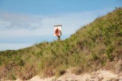 Salvagente sulla duna di sabbia 1 fotografie stock