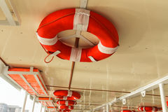 Salvagenti sulla barca Immagini Stock