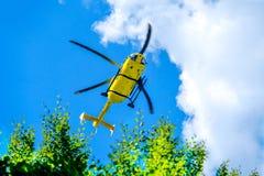 Salvamento da montanha do amarelo do salvamento por helicóptero alpino Foto de Stock Royalty Free