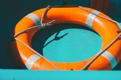 Salvamento do círculo no barco Boia salva-vidas alaranjado fotos de stock royalty free