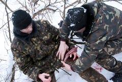 Salvamento do ferido do soldado Imagens de Stock Royalty Free