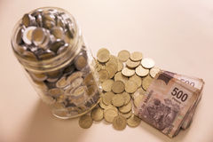 Salvar cédulas e moedas dos pesos mexicanos Fotografia de Stock Royalty Free