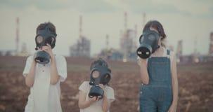 Salvar nosso planeta - crianças com máscaras de gás perto de uma refinaria de petróleo grande filme