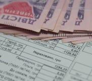 Salvar o conceito do dinheiro, conta de serviço público com o lápis no fundo de papel da conta foto de stock