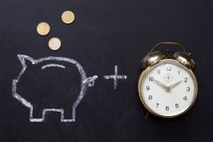 Salvar o dinheiro com mealheiro e cronometre o conceito foto de stock