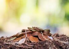 Salvar o dinheiro e explique conceito do negócio da finança do crescimento da operação bancária fotos de stock