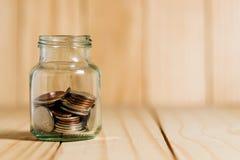 Salvar o dinheiro e explique operação bancária o conceito da finança fotografia de stock royalty free