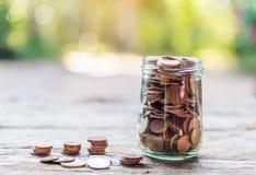 Salvar o dinheiro e explique operação bancária o conceito do negócio da finança fotos de stock royalty free